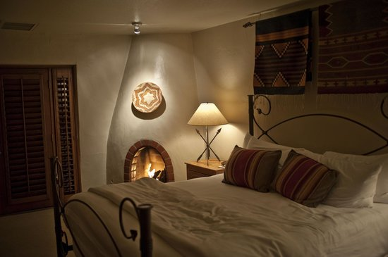 Hermosa Inn: Room & Fireplace