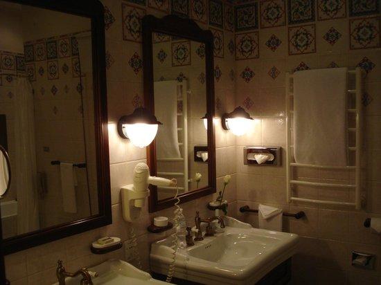 Opera Hotel:                   bathroom