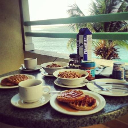 Coral Mist Beach Hotel:                   café da manhã com o mar a sua frente