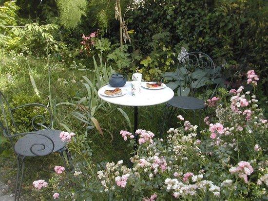 Le Clos Fleuri: gouter au jardin