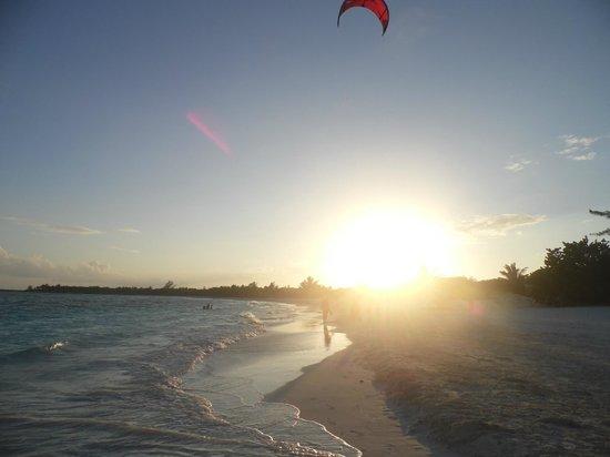 كاتالونيا رويال تولوم (للكبار فقط):                   vista del atardecer sobre la playa del hotel                 