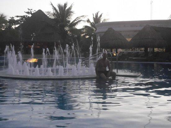 Catalonia Royal Tulum:                   fuente en la piscina y jacuzzy