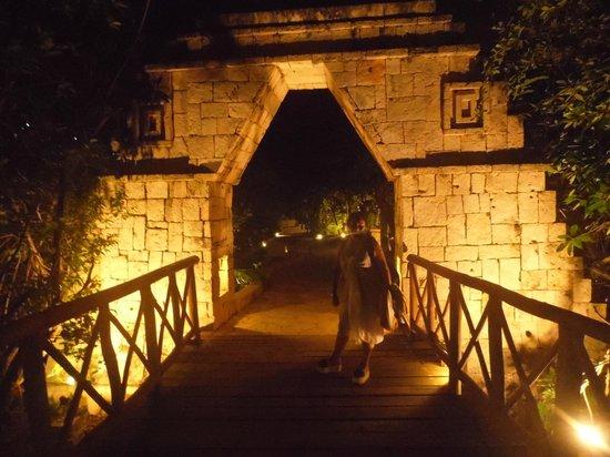Catalonia Royal Tulum:                   puente de madera camino a la playa