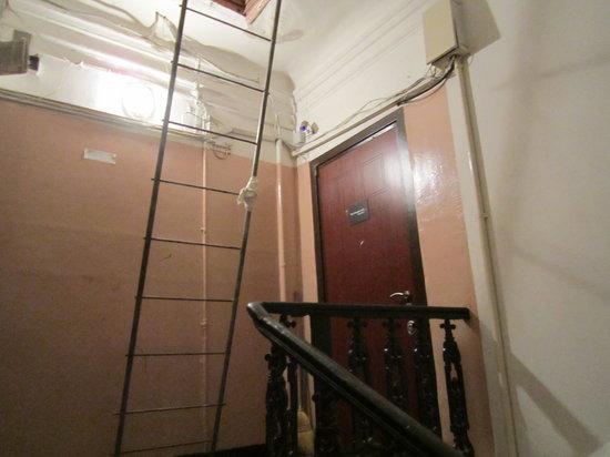 Petrovka Loft:                                     a porta de entrada, ou saída....cuidado com a cabeça!!!!!