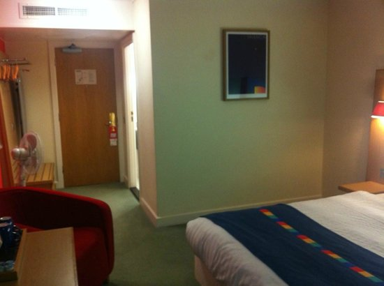 Park Inn by Radisson Cardiff City Centre:                   Fan and full length mirror