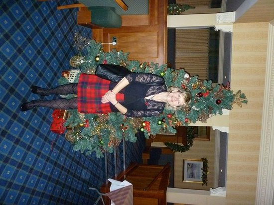 Aberfoyle, UK: Mountains & Mistletoe in reception at Loch Achray