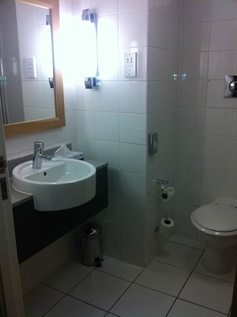 Park Inn by Radisson Cardiff City Centre:                   bathrooom
