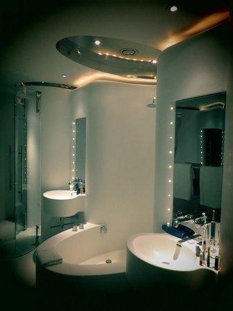 Silken Puerta America:                   La salle de bain d'une chambre du 7ème étage