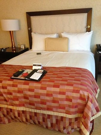 Fairmont Waterfront: Beautiful queen bed