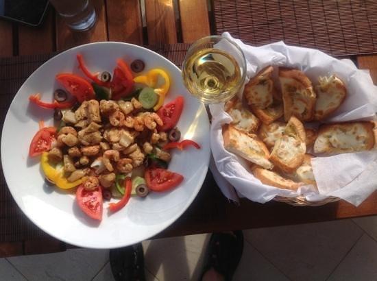 Dahab Paradise:                   Heerlijk vers en gezond eten met een goed glas wijn.