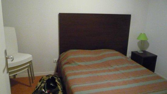 Adonis Les Hauts de Honfleur:                                     Chambre, chaises trop nombreuses dans le salon obligées d'en
