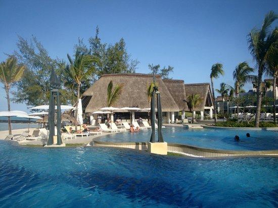 Ambre Resort & Spa: Piscine et bar extérieur
