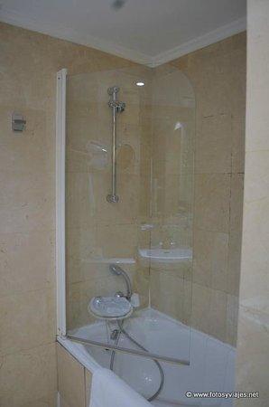 Derby Eiffel Hotel: Baño