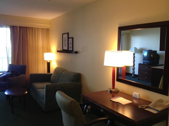 SpringHill Suites Pensacola Beach: Sitting area and work desk