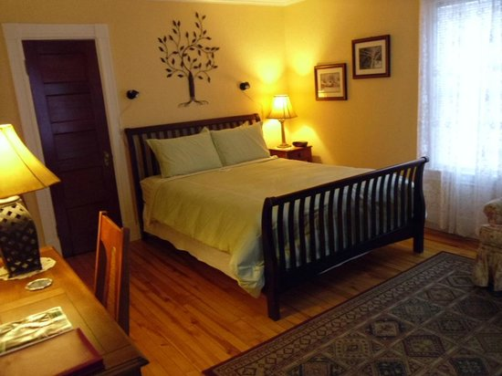 Haven Guest House Bed & Breakfast: Marigold room, queen size bed