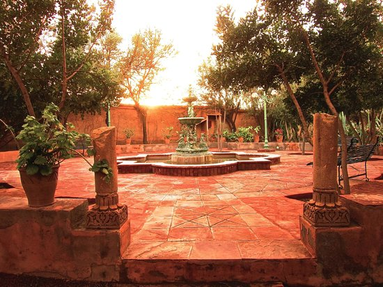 Dar Ayniwen Villa Hotel :                   The fountain and romantic park!
