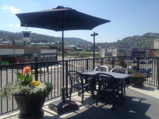 Cora : Sunny patio overlooking Kamloops