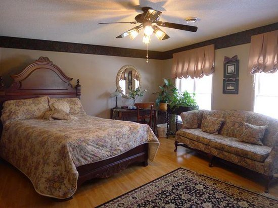 Butler Creek Hot Tubs and Suites Bed and Breakfast:                   Elegant bedroom
