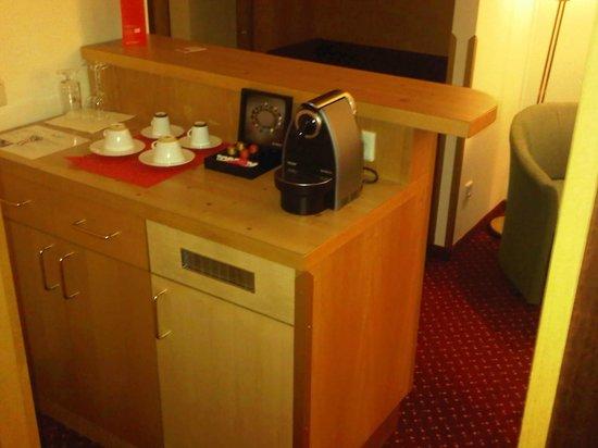 Austria Trend Hotel Salzburg West:                                     tavolo con macchina per caffè espresso