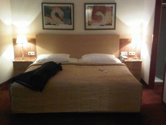 Austria Trend Hotel Salzburg West:                                     letto grande e comodo