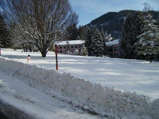 Hotel Haus Semmering:                   Zufahrt zum Hotel den Berg hinab