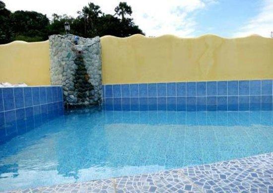 """Sabang Oasis Resort:                   La piscine au dernier étage avec le bar """" Les pieds dans l'eau """""""