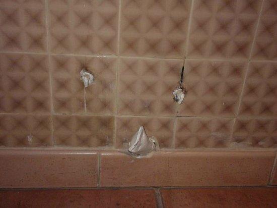 Hotel Saint Louis :                   tubes de plomb apparentes en sdb