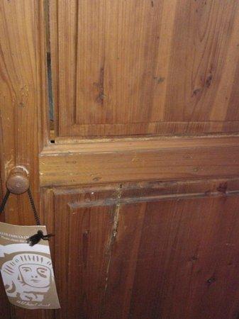Hotel Saint Louis :                   armoire menace de tomber en chambre
