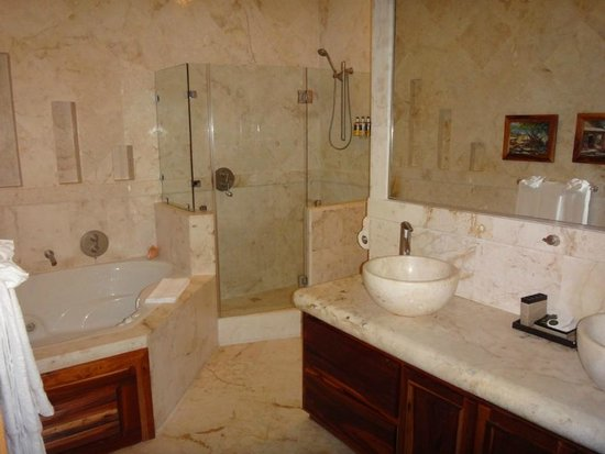 Belizean Cove Estates:                   Bathroom