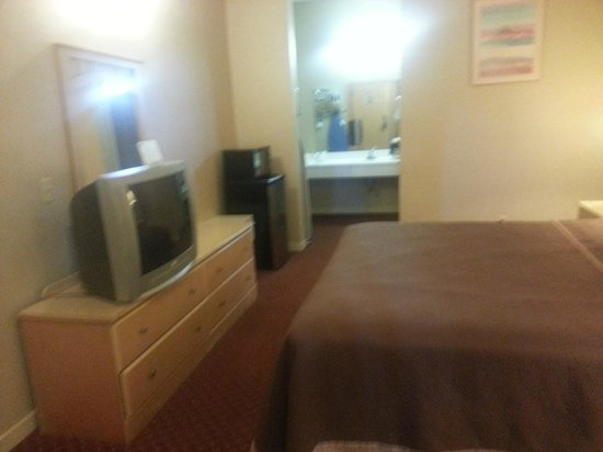 Travelodge Pasadena Central:                   1st floor room