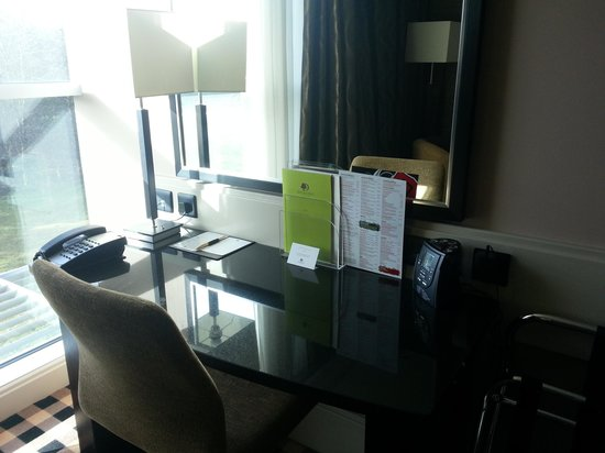 DoubleTree by Hilton Hotel Newcastle International Airport:                   work station/desk.