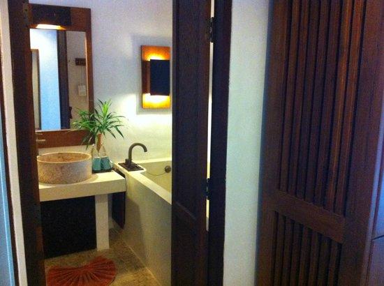 The Kala Samui: entrance into bathroom