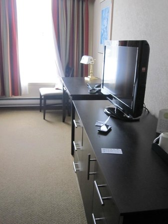Delta Sherbrooke Hotel and Conference Center: New desk and Tv