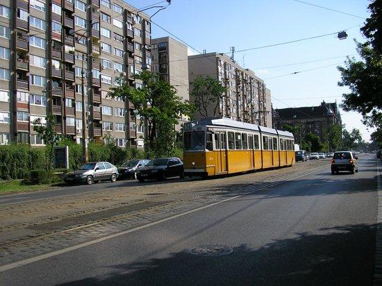 Rila Hotel:                   na esquina com a rua principal (Haller ut.) passam linhas de bondes elétricos