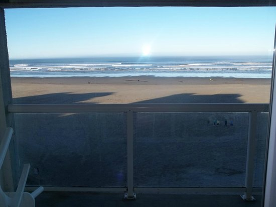 Shilo Inn Suites Hotel - Seaside Oceanfront: The view from our room.