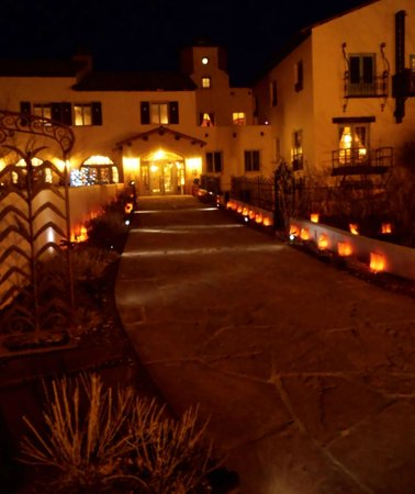 La Posada Hotel: entrance at night from Rt 66