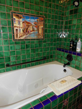 La Posada Hotel: jacuzzi tub in room 242