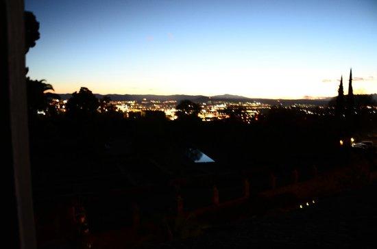 Parador de Granada:                   vista nocturna desde la habitacion 304 hacia la ciudad