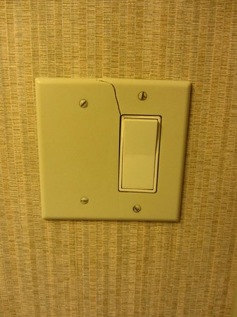 Crowne Plaza Newark Airport:                                                       Wall switch