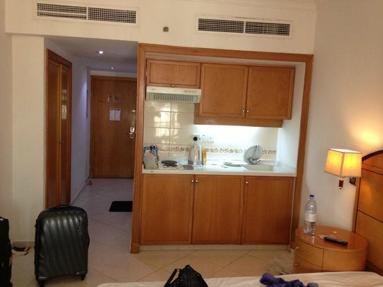 Dolphin Hotel Apartments: kitchen at room