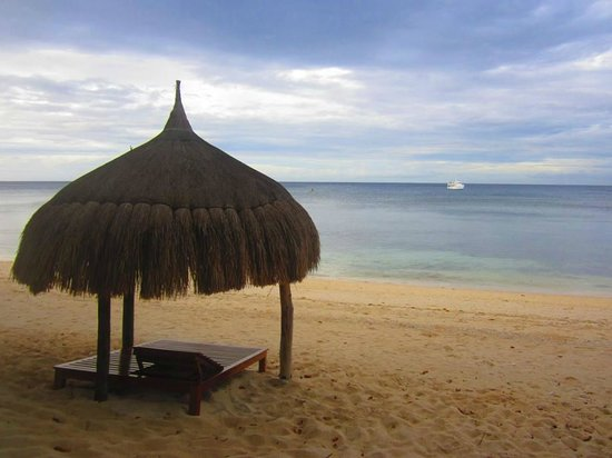 Coco Grove Beach Resort:                                     The resort beach and the sea - beautiful!