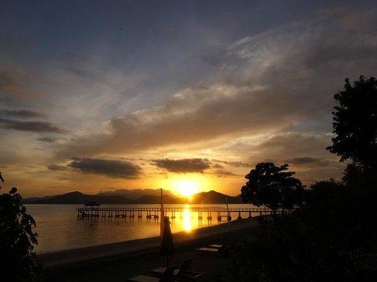 Cocotinos Sekotong, Boutique Beach Resort & Spa:                   朝日が見え、ロンボク一の高山リンジャーニ山も見えます
