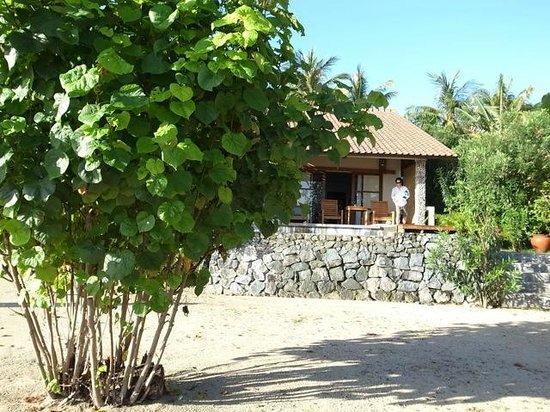 Cocotinos Sekotong, Boutique Beach Resort & Spa:                   ウォーターエッジヴィラはほんとにビーチの真ん前。