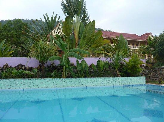 N4:                   Aussicht am Pool auf das Hauptgebäude
