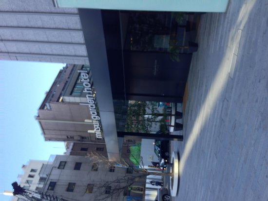Mitsui Garden Hotel Ginza Premier: Hotel Entrance, lobby is on 16th floor