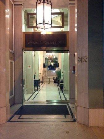 Aston Waikiki Beachside Hotel:                   入り口、ちょっとわかりずらいかも