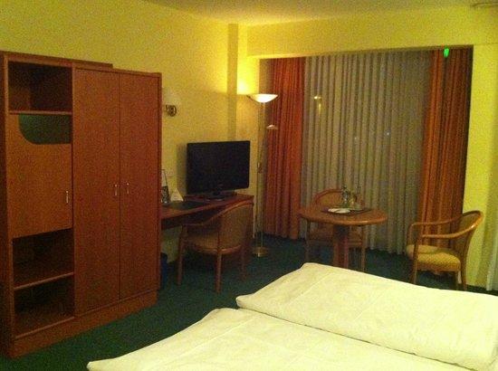 City Hotel Valois:                   Sitzecke, Schreibtisch und Fernseher