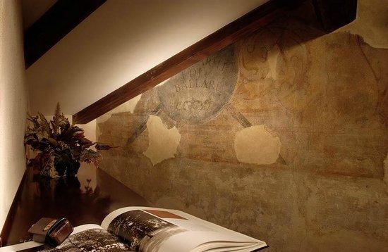 Art Hotel Commercianti: Antichi dipinti riaffiorati durante l'ultima restrutturazione dell'Hotel