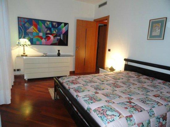 Rosej Bed and Breakfast: gold bedroom
