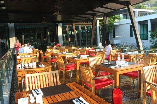 Wyndham Sea Pearl Resort Phuket:                   outdoor seating in restaurant